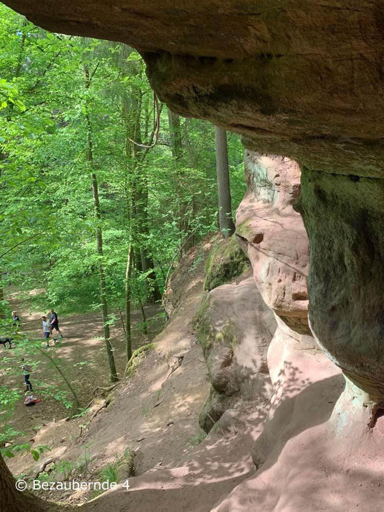 Klettern mit Vorsicht auf den Felsen